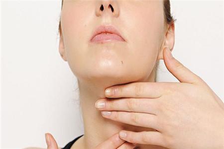 颈部线条皱纹多的原因,2个轻松消除颈纹的方法