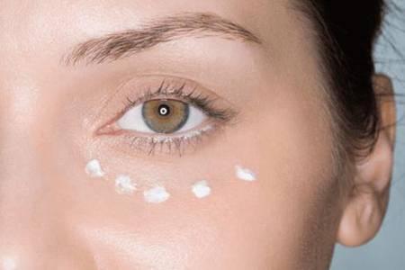眼霜的正确使用方法是什么 眼霜在精华前还是在精华后