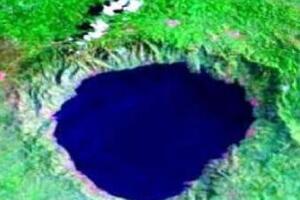 自然形成的博苏姆推湖 陨石撞击地球形成的锥形深坑