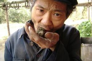 四川吃泥的人 吃泥50年/像毒品一样上瘾(不吃不舒服)