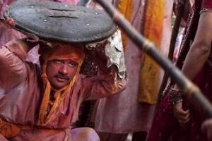 印度玩男人节 棍子打男人/死时无法还手(有利于家庭和睦)