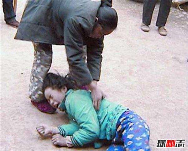 蛇宝宝的真相 小女孩像蛇一样在地上蠕动