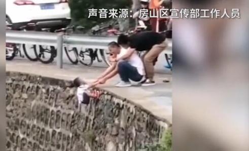 家长把孩子挂峭壁上拍照景区已对这件事进行调查