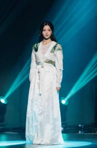 黄明昊不拒穿女装 杨超越坦言自己时尚感刚及格