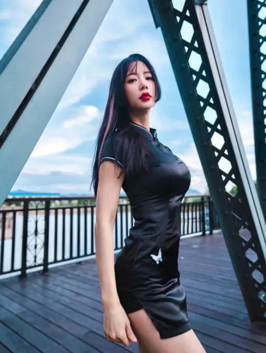 李成敏穿黑色旗袍拍大片