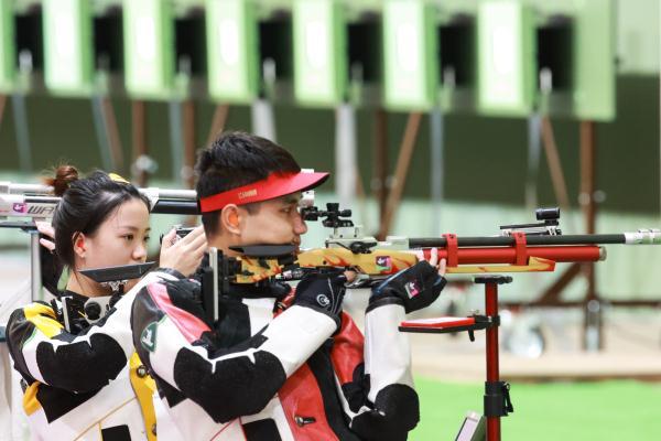 杨倩/杨皓然10米气步枪混合团体夺金