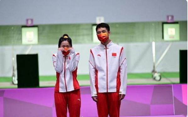 杨倩杨皓然气步枪混合团体夺金,杨倩夺冠后又比心了