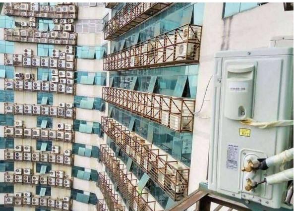 壮观!一大厦外墙上密密麻麻悬挂着近600台空调室外机