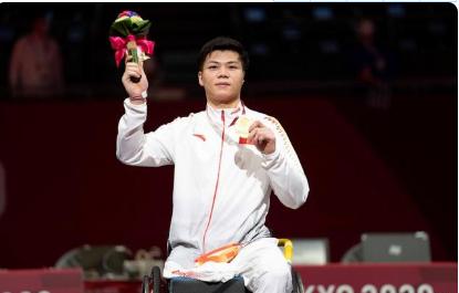 轮椅击剑运动员李豪为中国体育代表团夺得东京残奥会首金