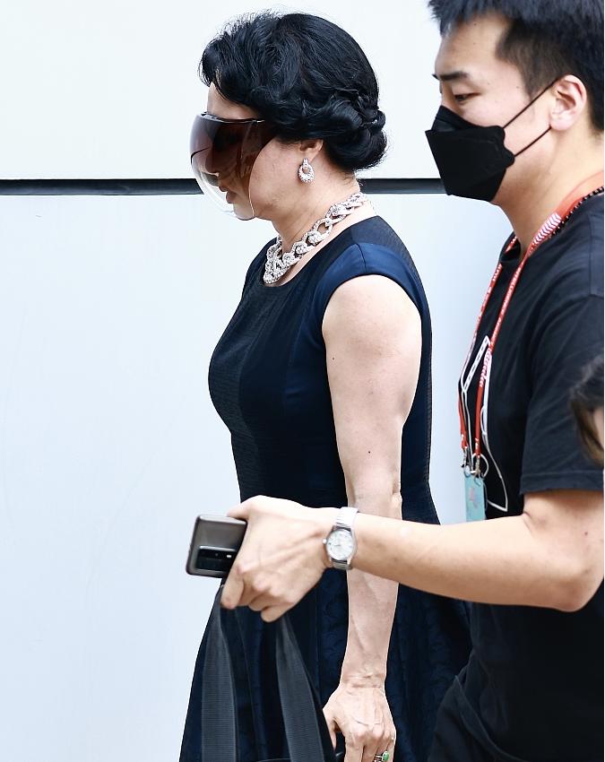 金星戴全屏墨镜遮脸酷炫吸睛 穿黑色无袖连衣裙低调优雅