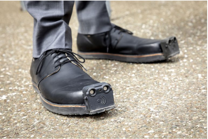 可帮助盲人避开障碍物的人工智能控制鞋