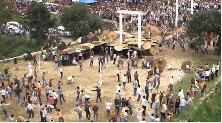 """印度独特活动""""用石头打架"""" 7分钟造成77人受伤"""