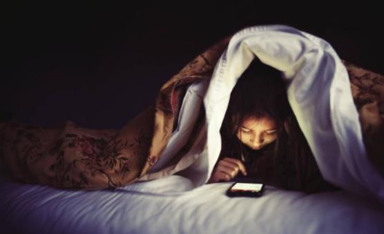 睡前长时间玩手机的6大危害 长时间玩手机注意的四点