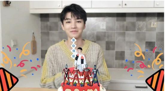 董子健为王俊凯庆生,把自己P在蛋糕上画面魔性