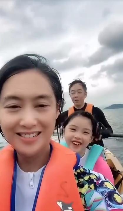 黄贯中晒与朱茵及女儿划船视频,透露已118日未见