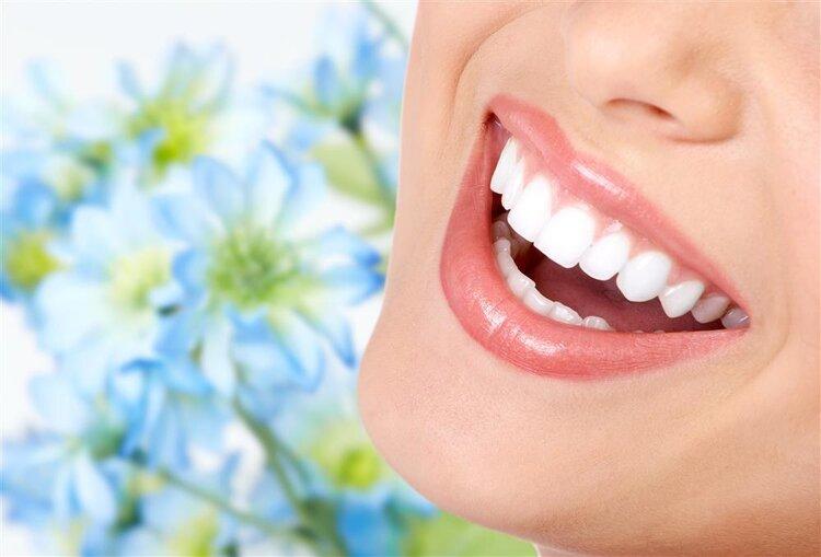 牙齿的白净提升个人的好感,美白牙齿平时多嚼花生