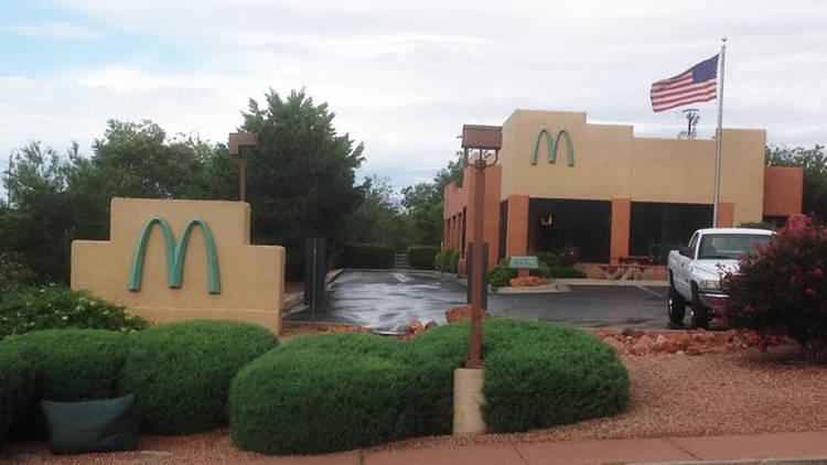 """这家麦当劳是世界上唯一一家带有蓝色""""金拱门""""标志的麦当劳"""