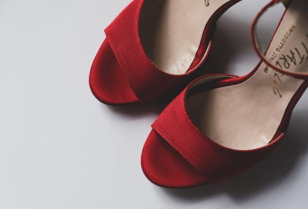 高跟鞋配袜子,是high fashion还是坏品味?