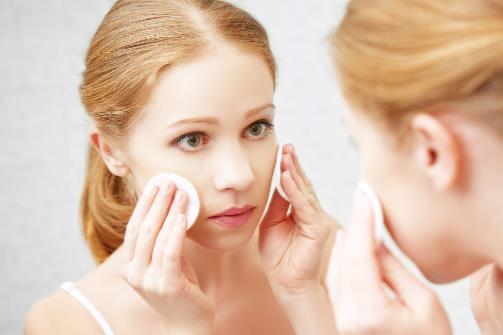 想要脸上肌肤不长痘 日常的卸妆工作一定要做好