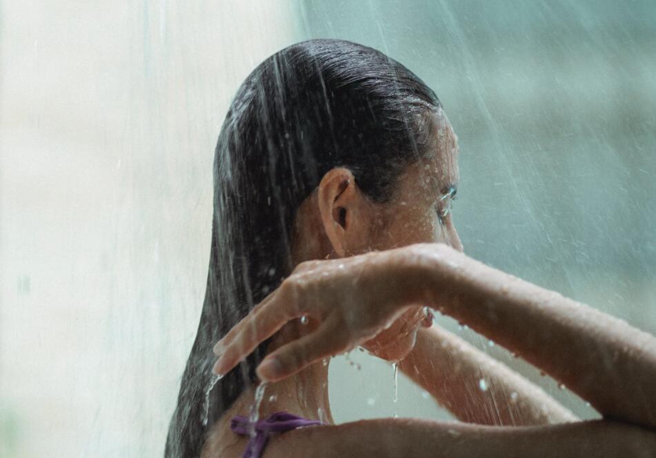 长期热水洗澡 小心皮肤越洗越干