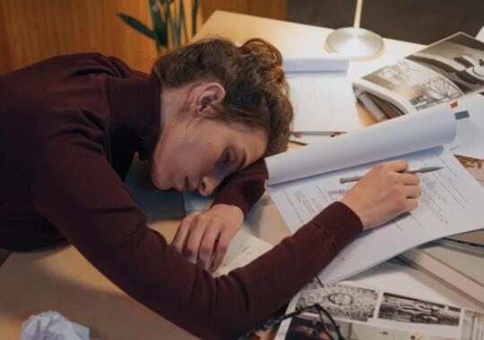 8小时以上睡眠更有利于大脑发育:为何我周末睡多,却浑身难受?