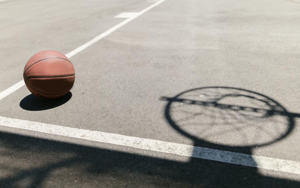 打篮球被撞断2颗门牙 球友该赔偿吗?法院:不用赔